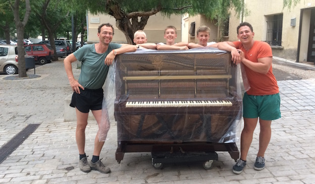 Un piano passe dans la rue devant le Placard à Vic la Gardiole